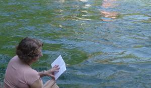 Maria legge sul fiume