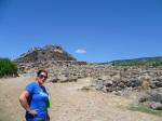 Partiamo con la guida per esplorare la fortezza e il villaggio nuragico