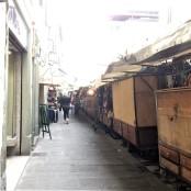 dietro ai banchi del mercato turistico di san Lorenzo