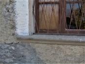 particolare della finestra davanti al lavandino