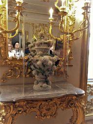 Specchi e vasi con lavorazioni preziose,