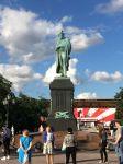 lungo la Via Tverskaya nella piazza a lui dedicata, PiazzaPushkin.